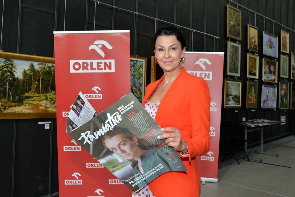 Anna Popek z gazetą o Przemysławie Gintrowskim
