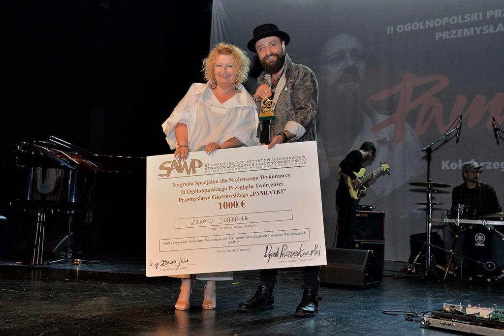 Beata Molak - Bychawska z Łukaszem Drapałą - laureatem Nagrody SAWP