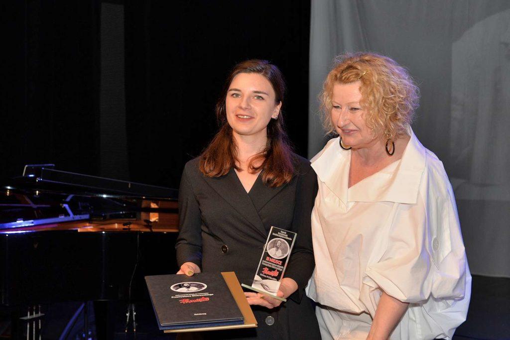 Laureatka Justyna Odon z Beatą Molak - Bychawską