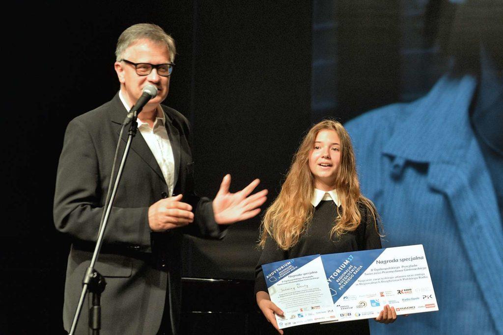 Paweł Paluch z Audytorium 17 wręcza nagrodę Jaśminie Wencie