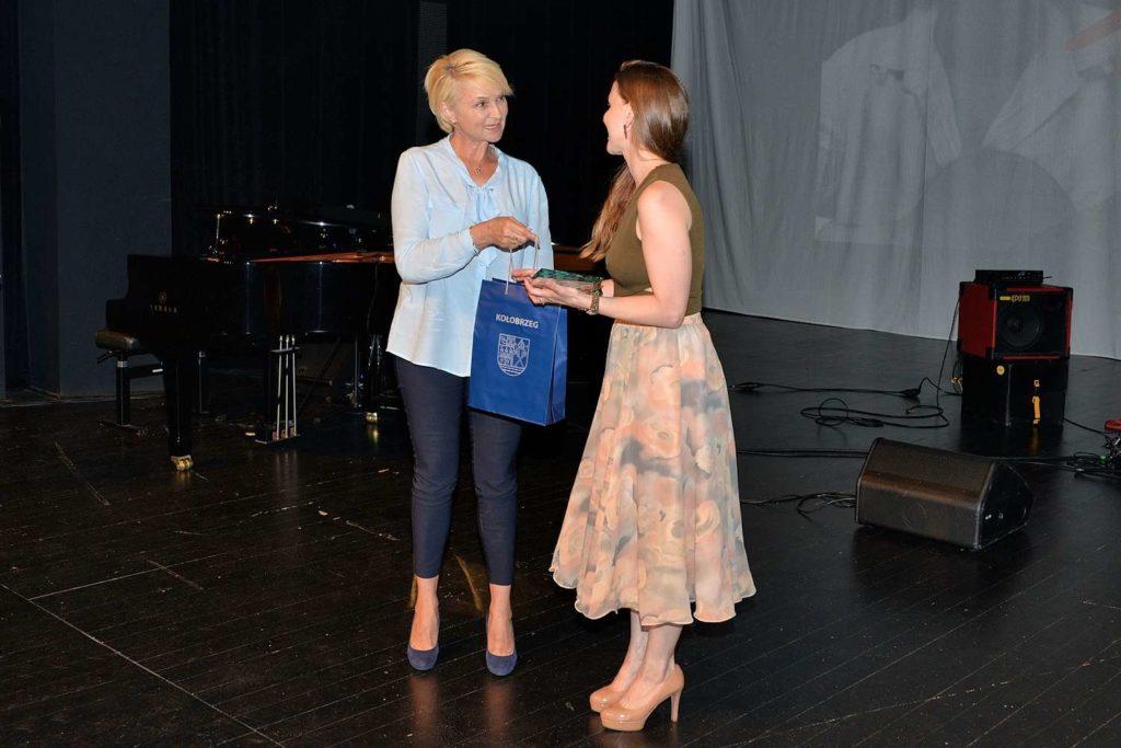 Prezydent Miasta Anna Mieczkowska wręcza nagrodę Monice Adamskiej