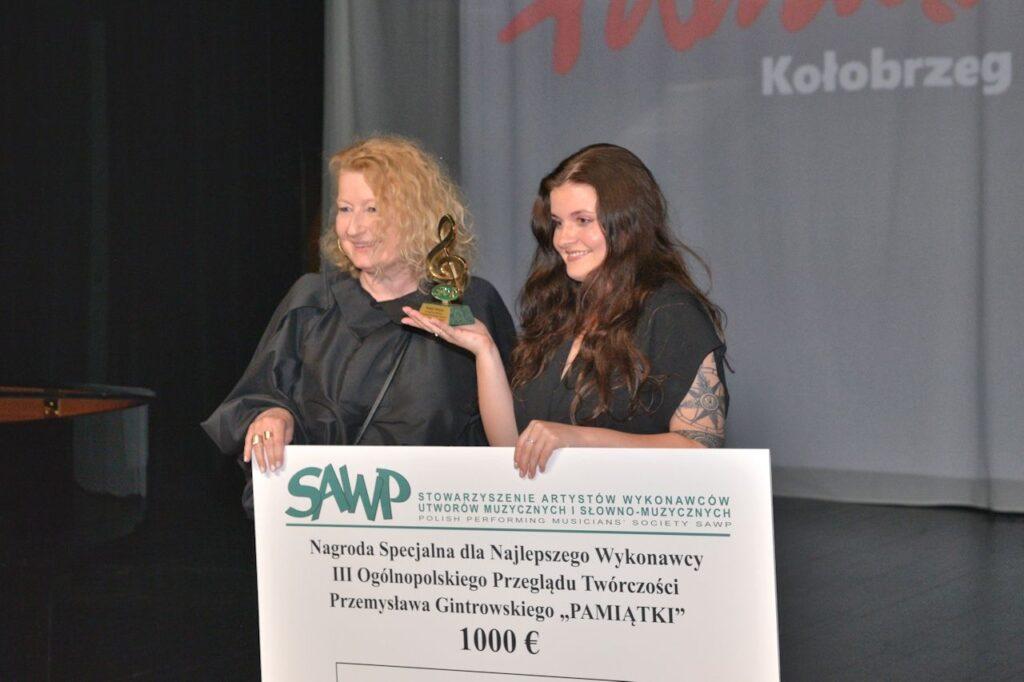 Beata Molak - Bychawska wręczyła ngrodę SAWP Sandrze Mika