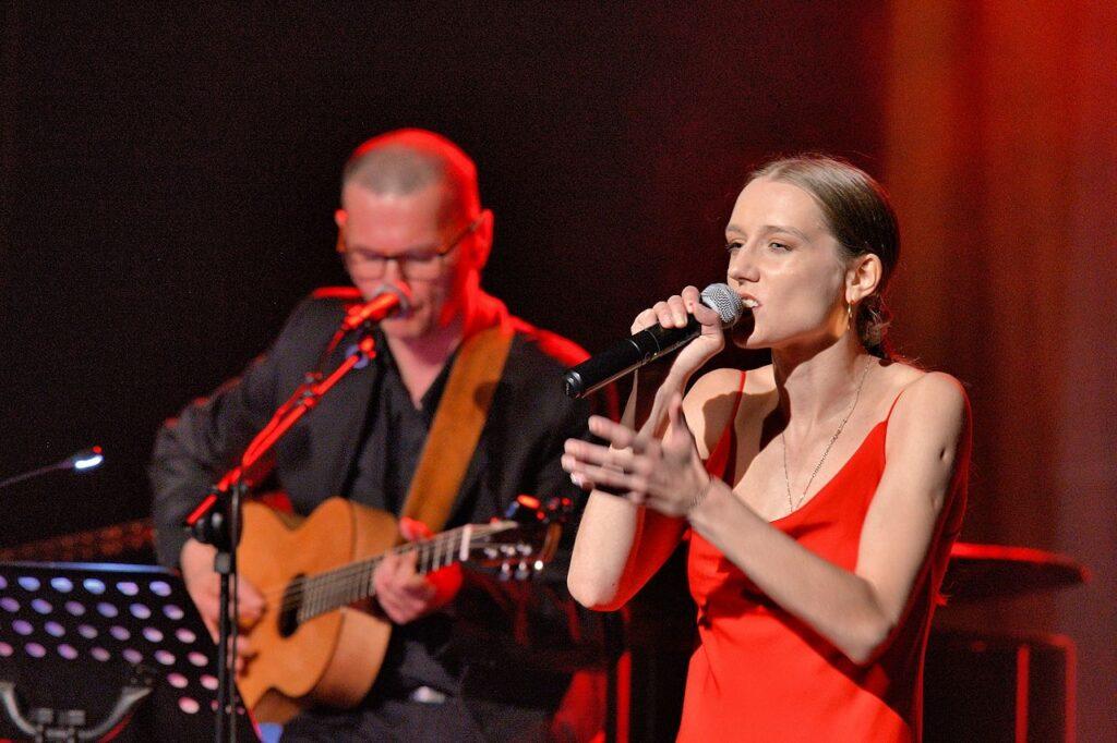 Mariusz Orzechowski i Julia Gintrowska w koncercie Gintrowski.Psalmy