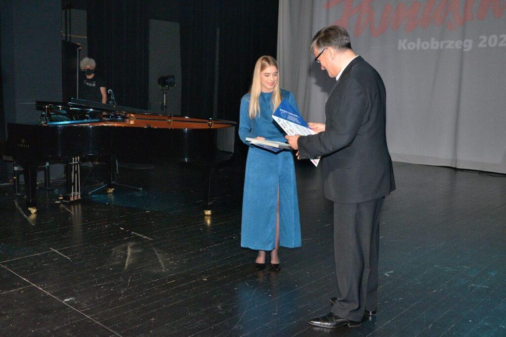 Prezes Audytorium 17 Paweł Paluch wręcza nagrodę radiową Małgorzacie Kozłowskiej