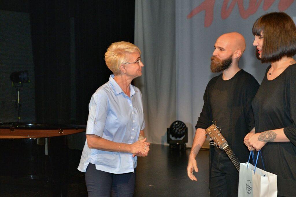 Prezydent Miasta Kołobrzeg Anna Mieczkowska wręczyła zwyciężcom konkursu swoją nagrodę
