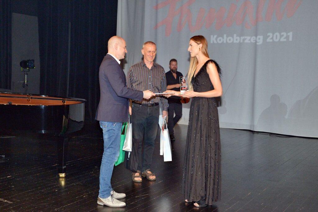 Przemysław Tejkowski wręcza nagrodę Izie Szafrańskiej