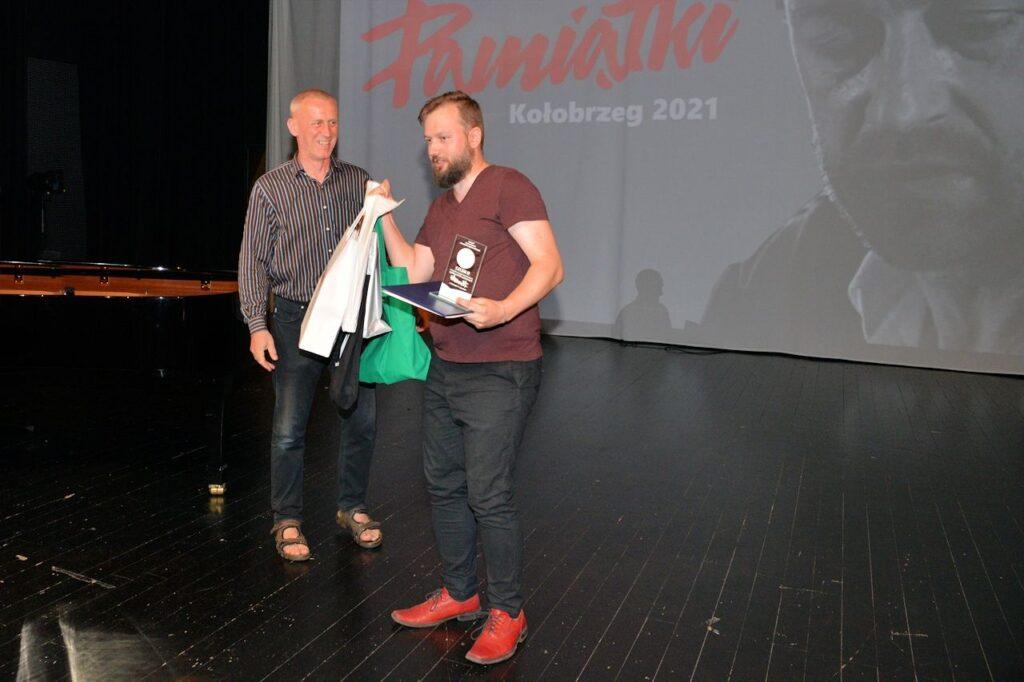 laureat III miejsca Rafał Kowalewski ze swoimi nagrodami