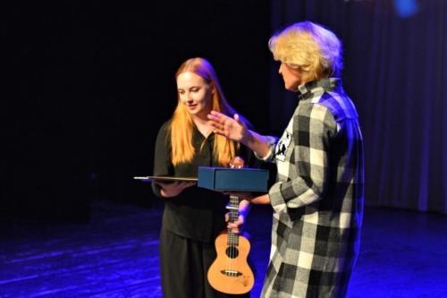 Justyna Holm wręcza nagrodę